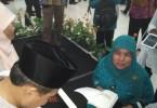 Saya antre menunggu giliran buku ditandatangani oleh pak Nur Mahmudi Isma'il (foto: Nur Terbit)