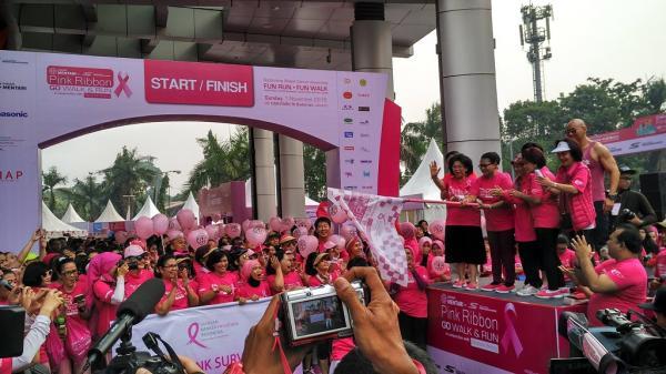 Ketua Umum Yayasan Kanker Payudara Indonesia (YKPI), Linda Amalia Agum Gumelar melepas secara resmi peserta gerak jalan santai dan lari di FX Sudirman, Senayan, Jakarta (foto: Nur Terbit)