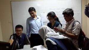 Mendengarkan penjelasan seputar pelatihan calon pebisnis di kampus President University, Cikarang, Kabupaten Bekasi (foto : Siti Rabiah)
