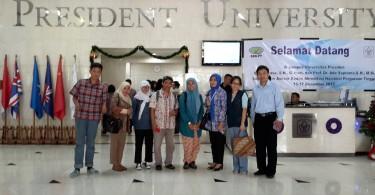Rombongan dari komunitas blogger berpose di pintu masuk kampus President University, Cikarang, Kabupaten Bekasi (foto : dok pribadi)