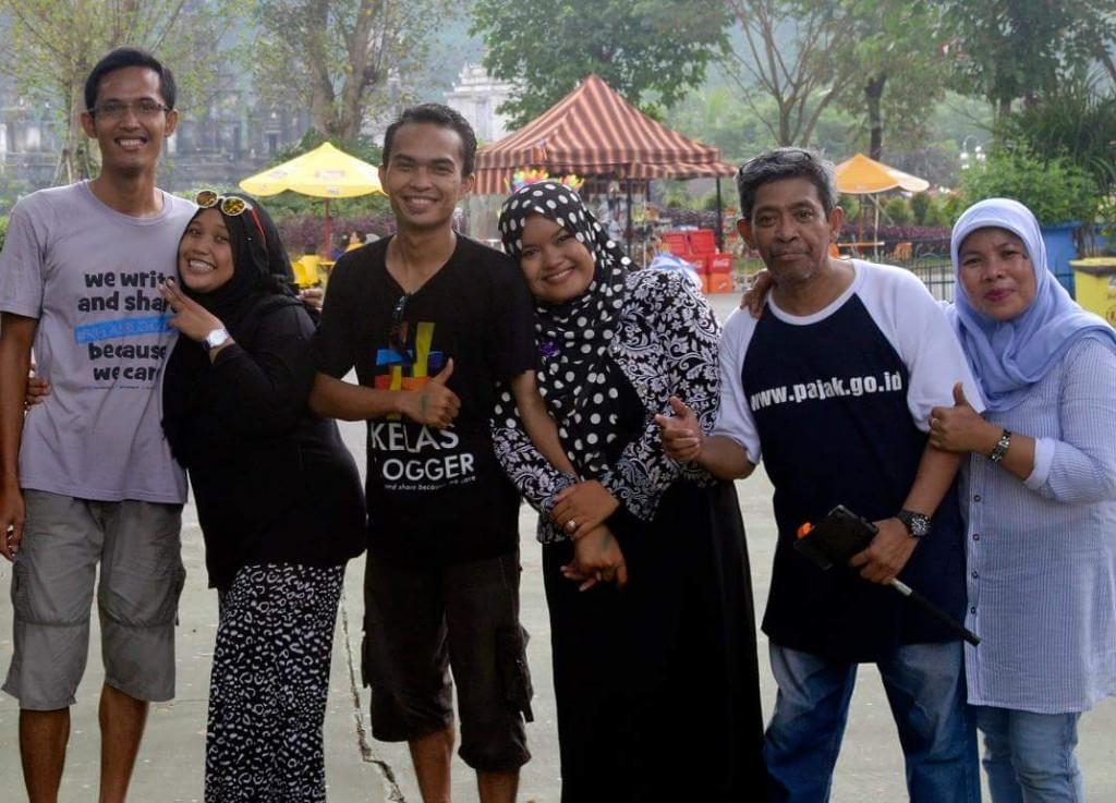 Tiga pasangan blogger yang beruntung diundang khusus peluncuran wahana baru di JungleLand Sentul, Bogor. Dari kiri ke kanan pasangan Dede Ariyanto - Farichatul Jannah, Cahyanto Can dan isteri, saya Bunda Sitti Rabiah - Bang Nur Terbit (foto dok Dede Aryanto)