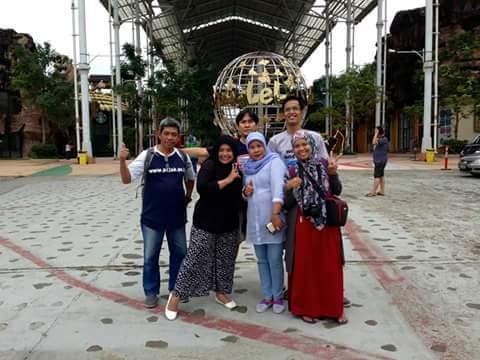 Blogger yang beruntung diundang khusus peluncuran wahana baru di JungleLand Sentul, Bogor. Dari kiri ke kanan Bang Nur, Farichatul Jannah, saya Bunda Sitti Rabiah, Fadlun Arifini, berdiri di belakang Bang Tauhid dan Mas Dede (foto dok Dede Aryanto)