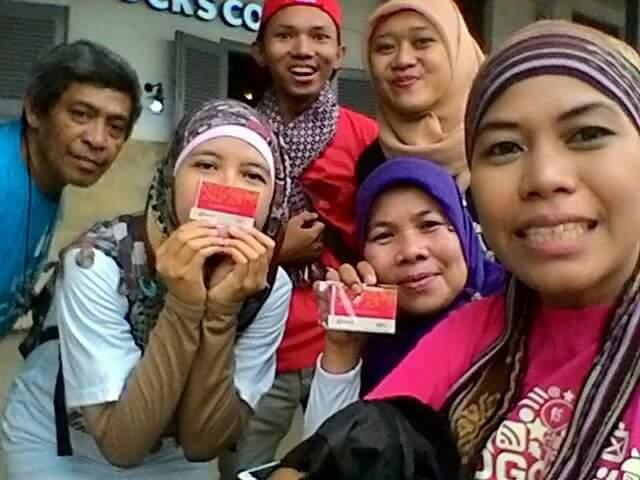 an blogger anggota #TdB berselfie-ria dengan kartu multitrip yang dibagikan secara gratis (fok dok Lita Chan Lai)
