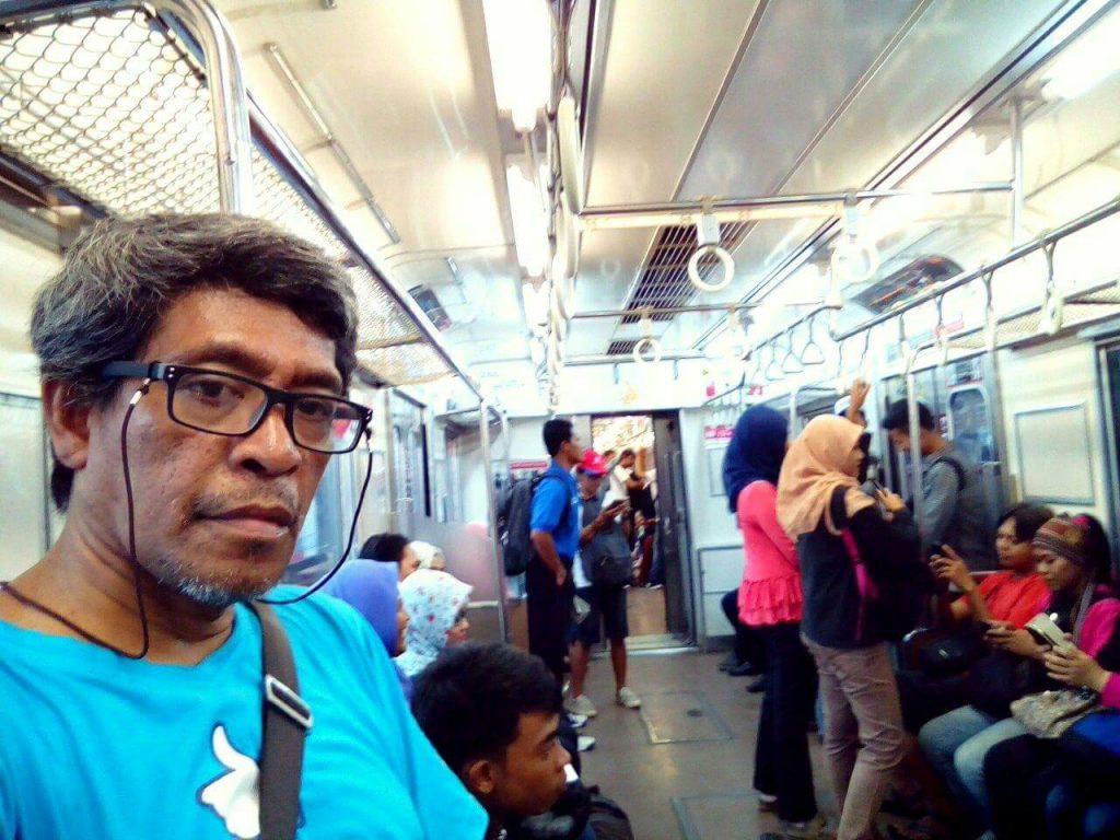 Di atas kereta KRL Commuterline Jabodetabek (foto dok Nur Terbit)