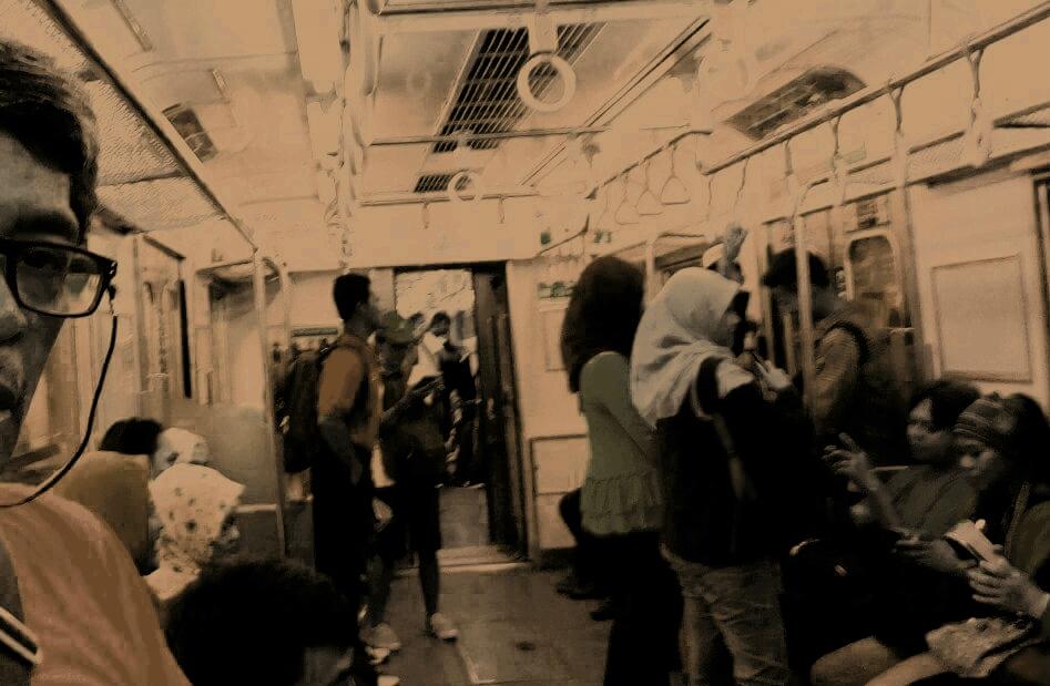 Suasana penumpang di atas kereta KRL Commuterline Jabodetabek (foto dok Nur Terbit)
