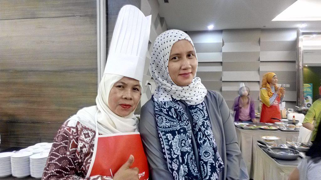 Narsis berdua Mba Debbie Shinta dari UFM 974 Moms Community sesudah acara demo memasak (foto : Nur Terbit)