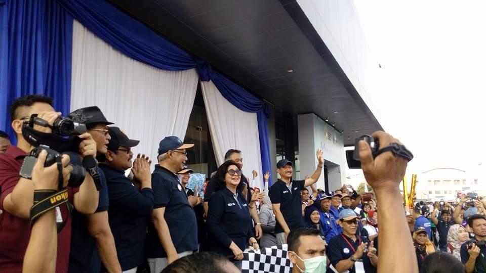 Menteri Kesehatan Prof Dr dr Nila Djuwita F Moeloek, SPM (K) melepas peserta gerak jalan (foto: Nur Terbit)