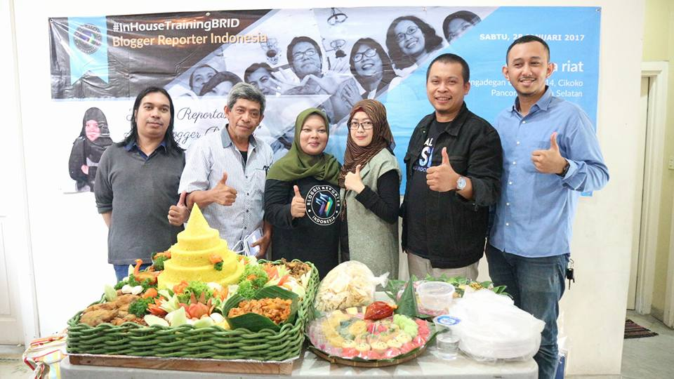 Para Admin BRID bersama Mas Wahyu Vidyanto, pengusaha muda nasi tumpeng (foto Hazmi Fitriyasa)
