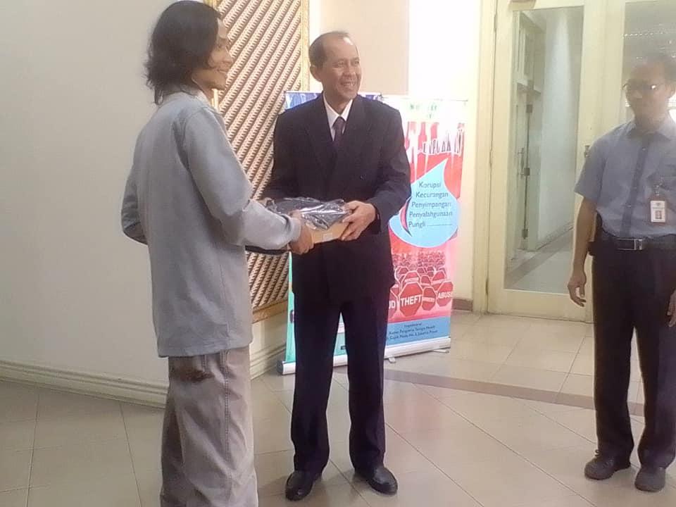 Arif M. Iqbal dari harian Suara Merdeka, pemenang kategori media menerima hadiah dari Sekertaris Utama BAPETEN Hendriyanto Hadi Tjahyono (foto Fifi Harfiah)