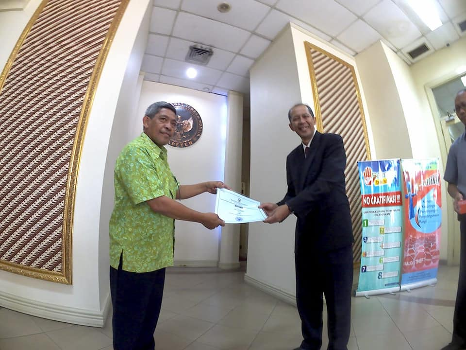 Nur Terbit, pemenang kategori blog menerima hadiah dari Sekertaris Utama BAPETEN Hendriyanto Hadi Tjahyono (foto Fifi Harfiah)
