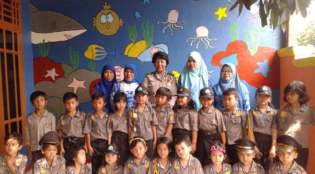 Kesibukan saya sehari-hari sebagai kepala sekolah merangkap guru TK dan PAUD (berdiri di belakang kedua dari kiri), bersama tim guru dan Ibu Polwan dari Polres Kota Bekasi dalam program Polisi Sahabat Anak (PSA) foto dok pribadi.