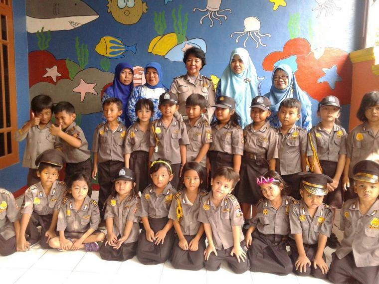 Ibu AKP Suswanti, Kanit Dikyasa Polres Metro Kota Bekasi bergambar bersama kepala TK dan tim guru (foto dok TK & PAUD Mutiara Al-Falah)