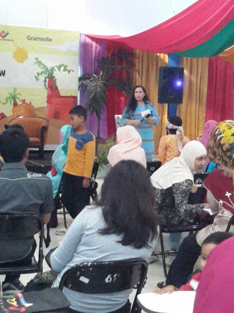 Astri Damayanti di acara bedah buku karyanya di Gramedia Matraman Jakarta Timur (foto : Sitti Rabiah)