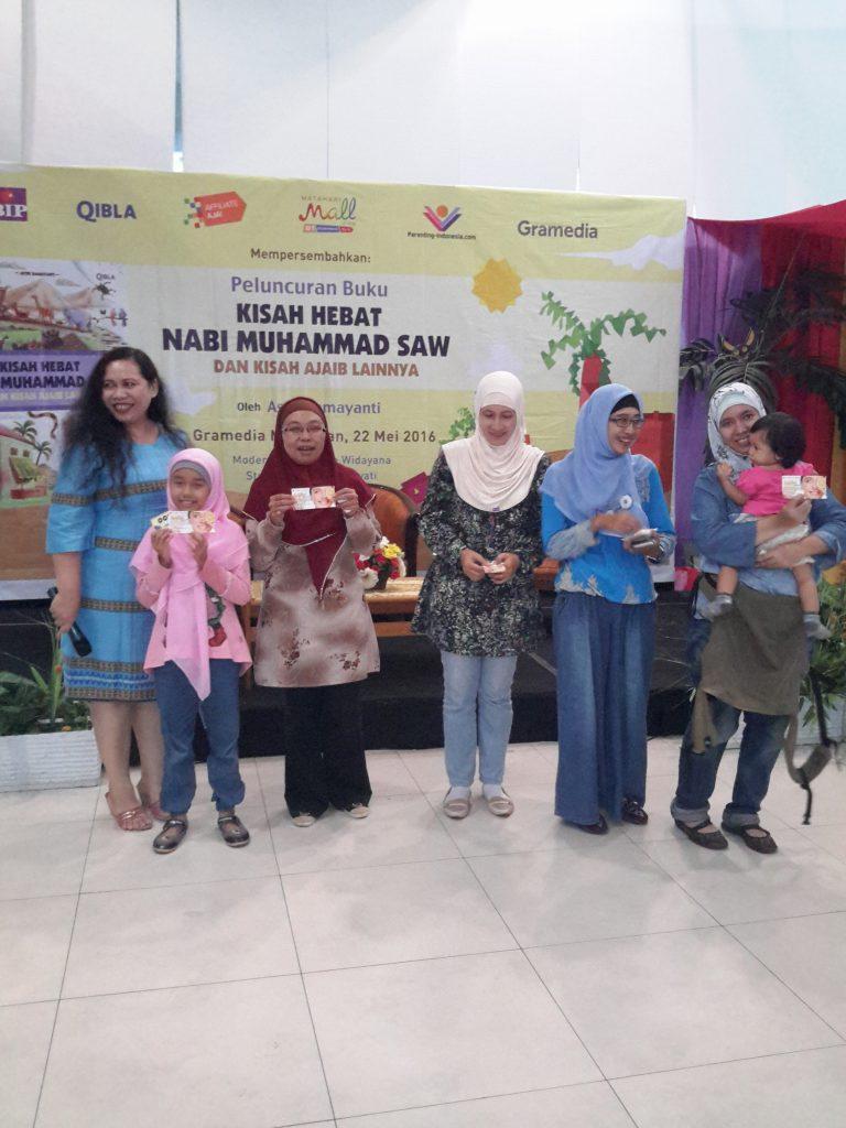 Astri Damayanti memberikan hadiah kepada pemenang lomba di acara bedah buku karyanya di Gramedia Matraman Jakarta Timur (foto : Sitti Rabiah)
