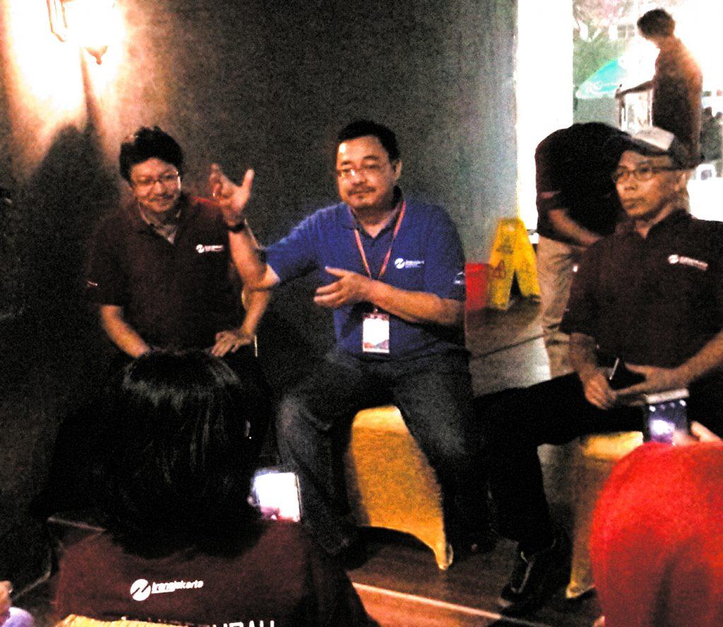 Prasetia Budi, Humas Transjakarta sedang memberikan penjelasan kepada blogger didampingi Founder TDB Muhammad Sobari (kanan) dan David Tjahjana (kiri) anggota Dewan Transportasi Jakarta (foto : Sitti Rabiah)