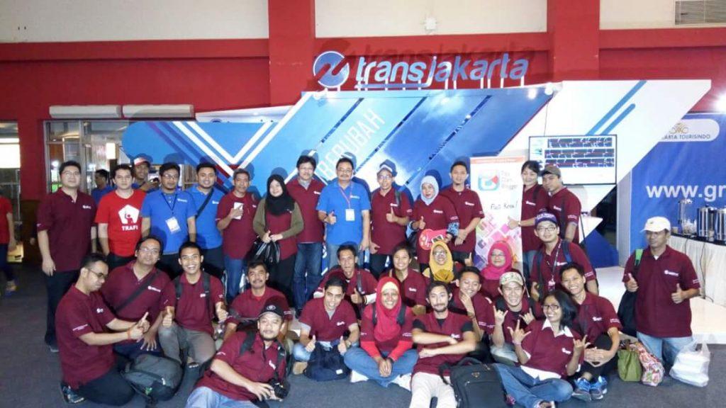 Komunitas blogger TDB foto bersama di stand TransJakarta di PRJ Kemayoran (foto : dok TDB)