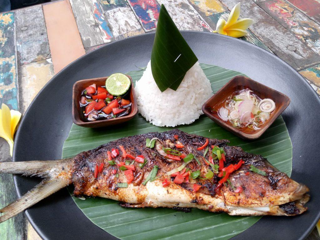 Praktek langsung memoto makanan menggunakan Oppo (foto : Sitti Rabiah).