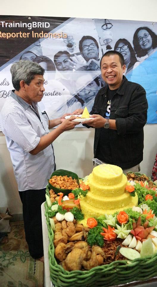 Super Admin BRID memberikan Nasi Tumpeng kepada salah satu Admin BRID, Bang Nur Terbit (foto Hazmi Fitriyasa)