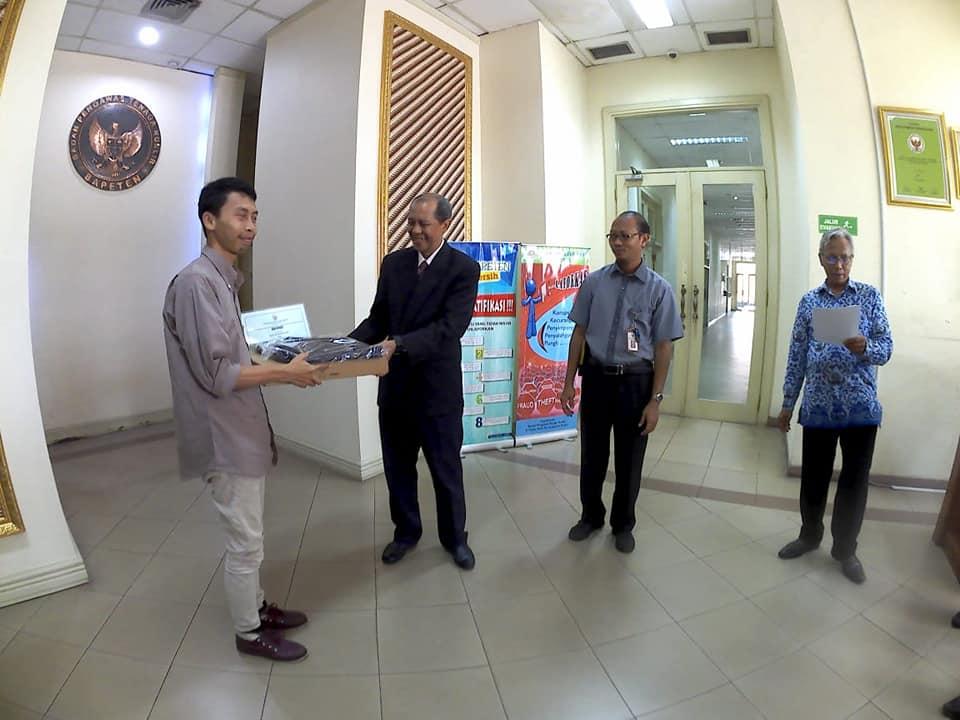 Noval Kurniadi (Vlogger) pemenang kategori pembuatan video menerima hadiah dari Sekertaris Utama BAPETEN Hendriyanto Hadi Tjahyono (foto Fifi Harfiah)