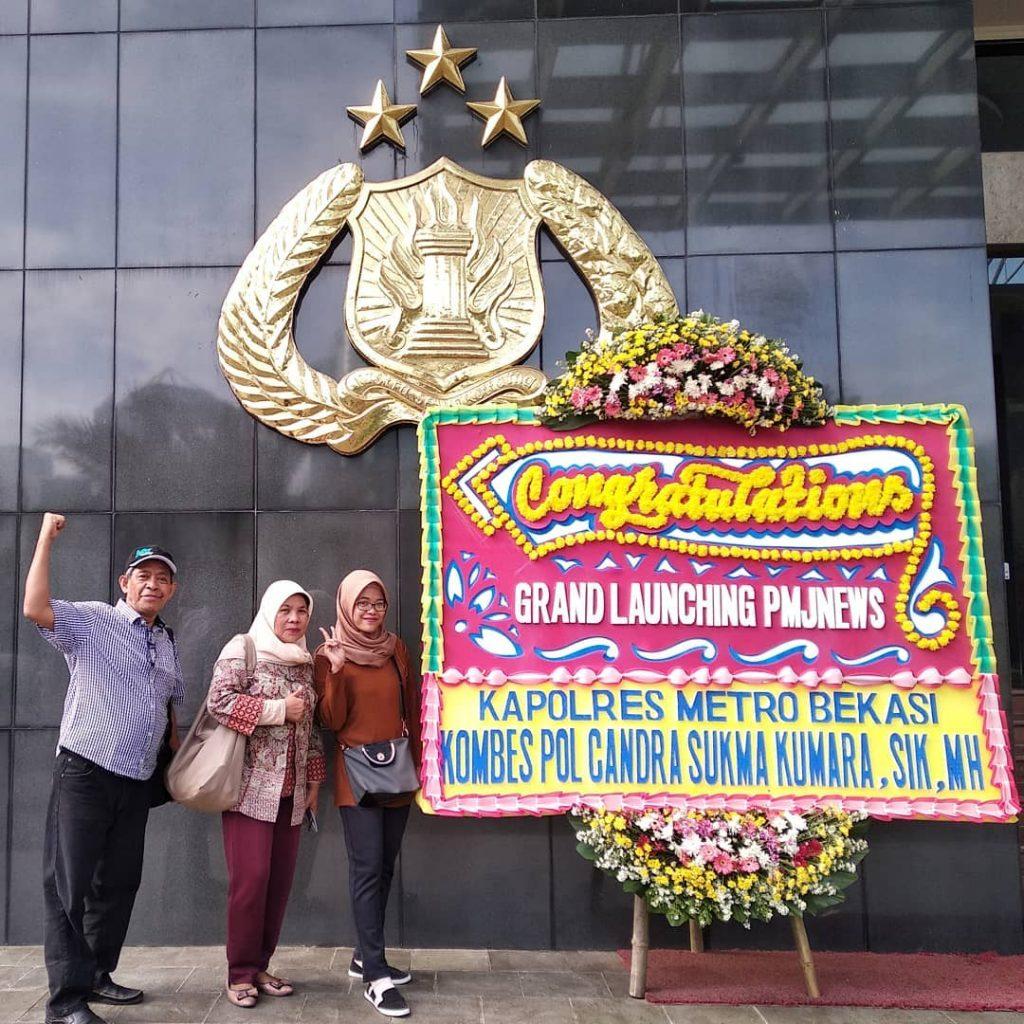 Sebelum peluncuran PMJNews, narsis dulu di samping karangan bunga ucapan selamat dari Kapolres Metro Bekasi (foto dok pribadi)
